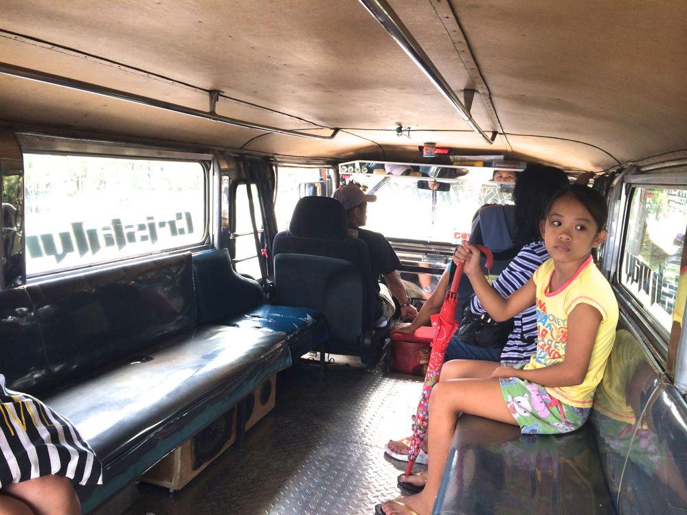 フィリピンの乗り物のジプニー