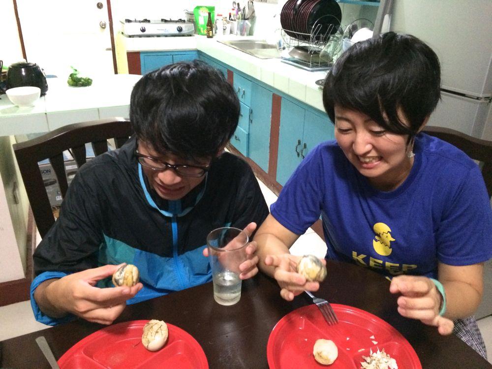 フィリピンで有名な孵化直前のアヒルの卵を加熱したゆで卵バロット