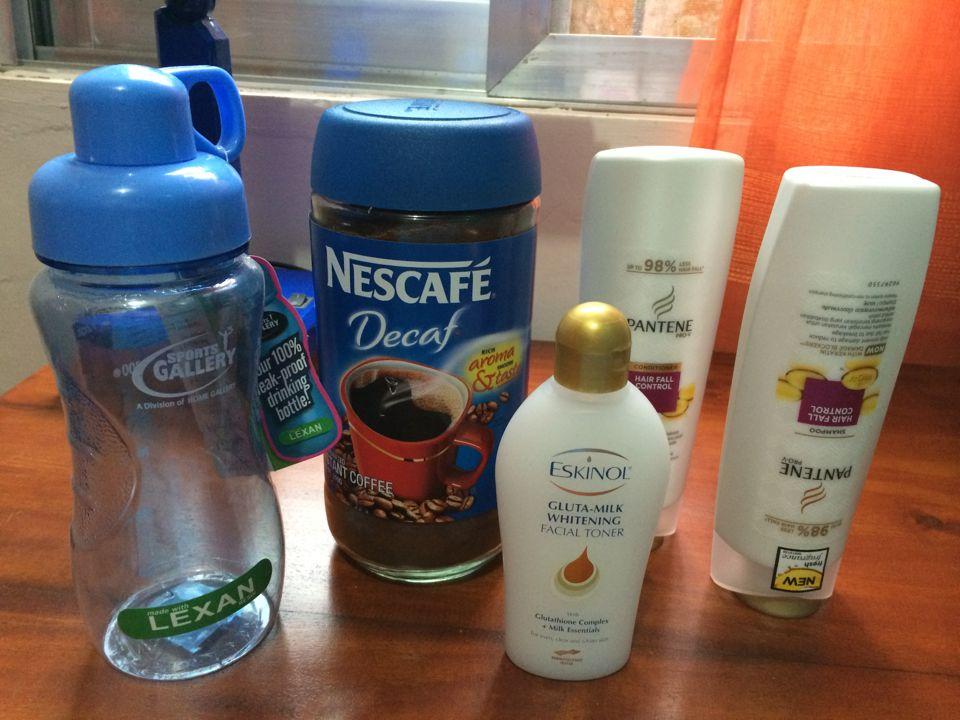 コーヒーとボトル、シャンプー、コンディショナー、化粧水