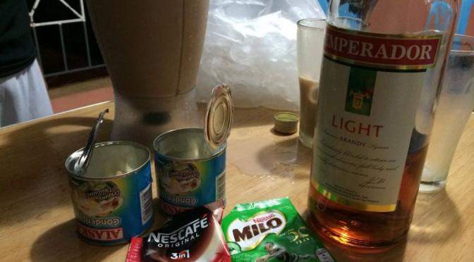 フィリピン留学の休日は先生とお酒飲みながらのんびり過ごしてます。先生は歌ってます。