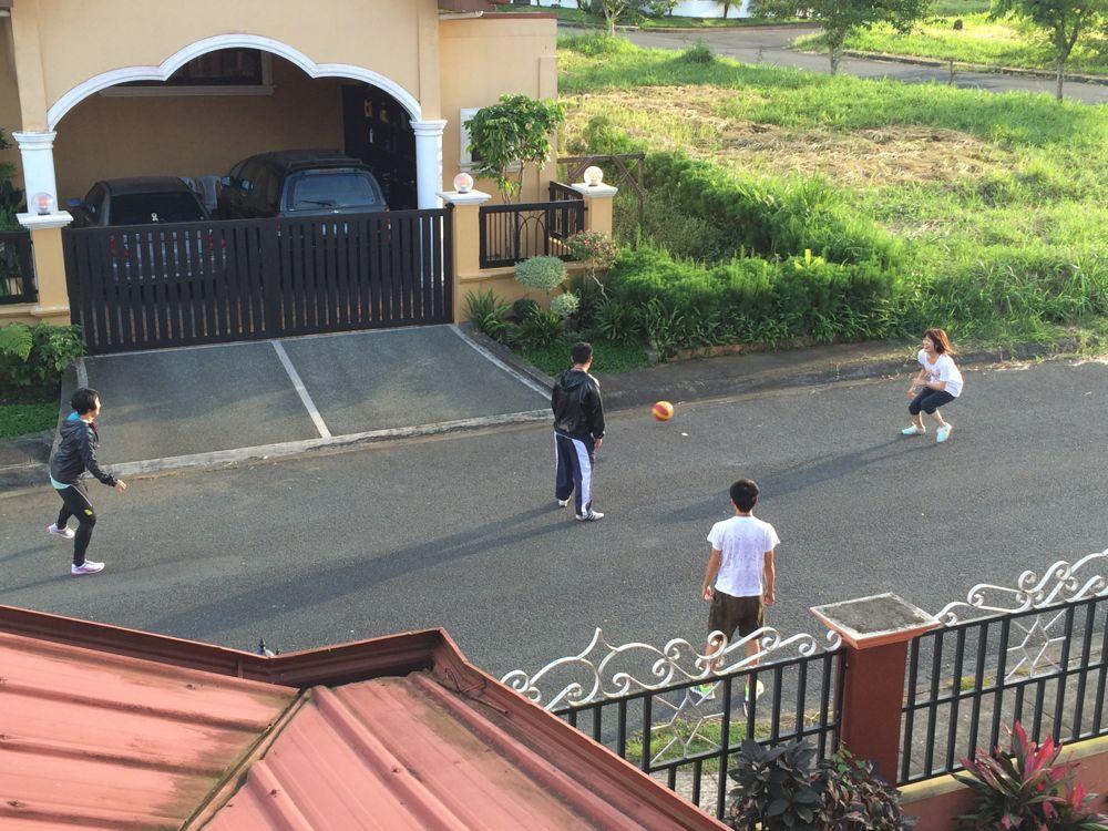 宿舎前でみんなでサッカー