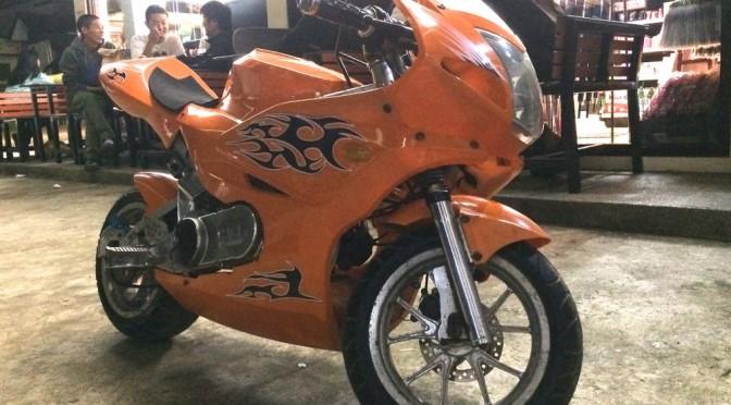 フィリピンでカスタムバイクを発見!富裕層が増えてきてるので、高級車もたまに見ます。