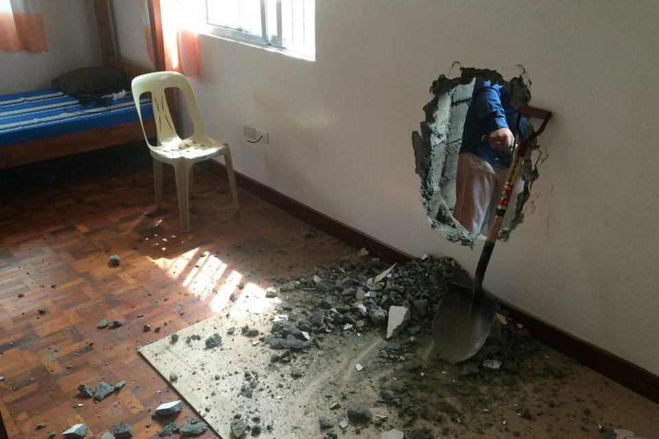 学校の宿舎は大工事で、壁に穴が