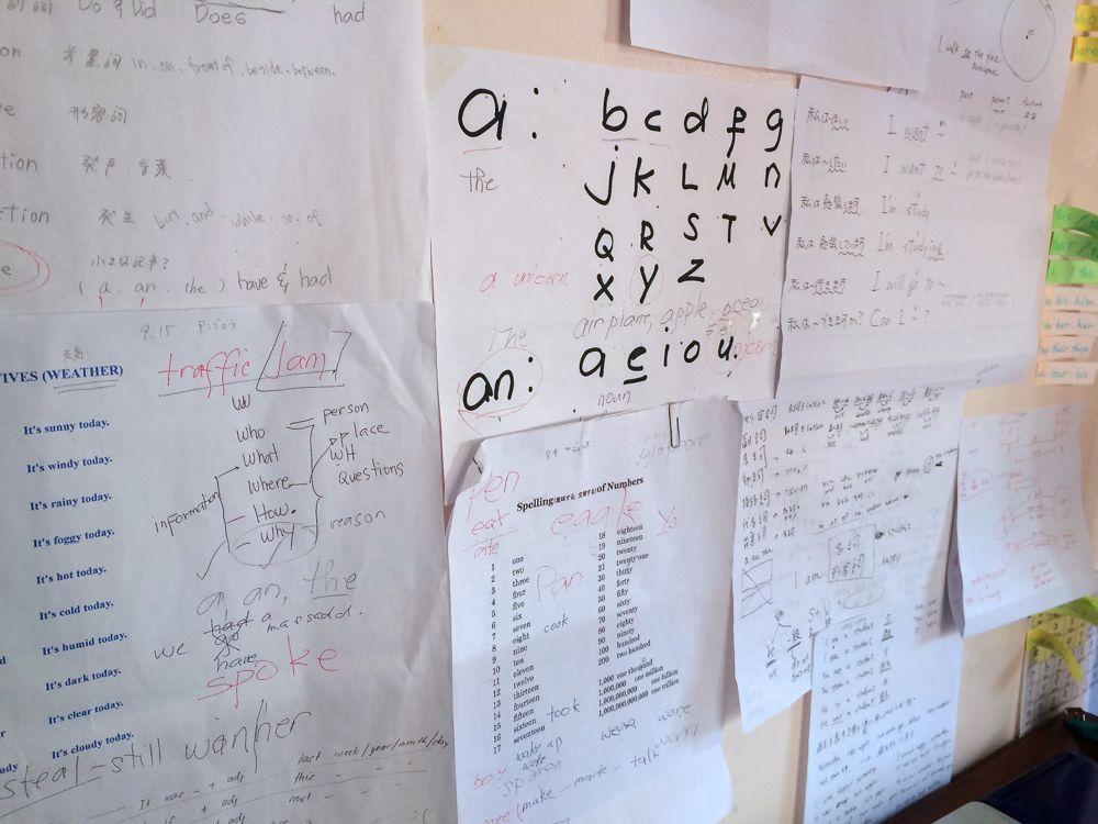 私の机の前は紙でいっぱいなのにも関わらず、ボブがいたずら書きをする