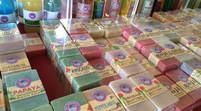 女子はココナッツオイルと石鹸に夢中、マニラのサンデーマーケットでお買い物