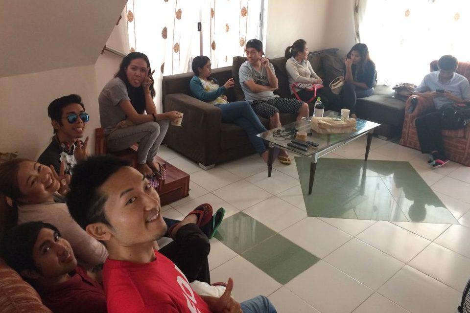 座る場所がないほどフィリピンのF2F語学学校は先生と生徒数が多くなってきた