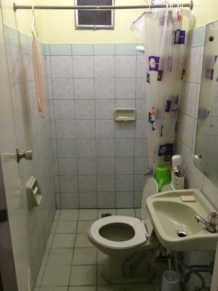 この狭いバスルームで滑り脇腹にヒビが入ってしまった