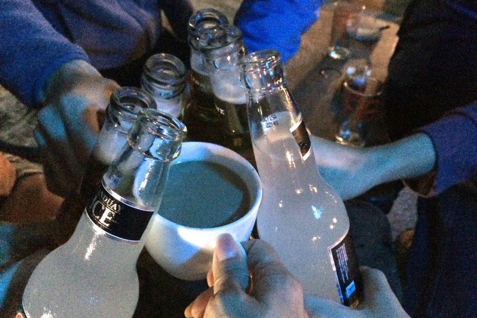 私はホットコーヒー みんなはビールで卒業前日のお別れ会乾杯