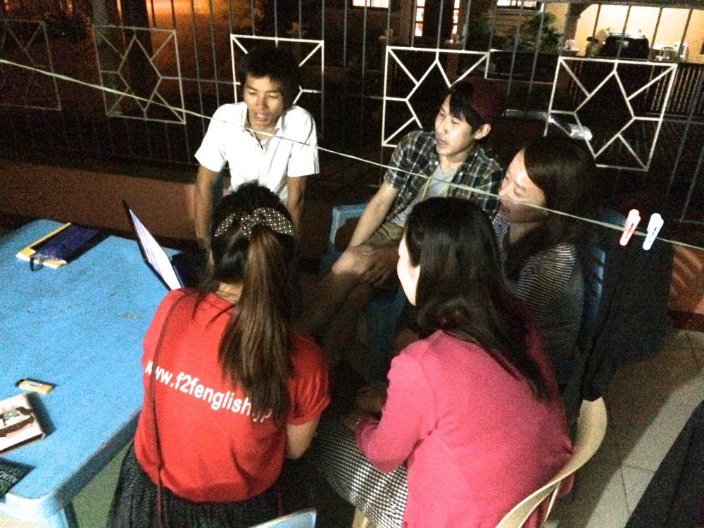 このグループレッスンは英語で歌の練習中