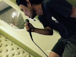 フィリピンのカラオケで熱唱する中谷さん