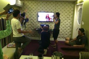 みんな大盛り上がり フィリピンのカラオケボックスで唄う踊る