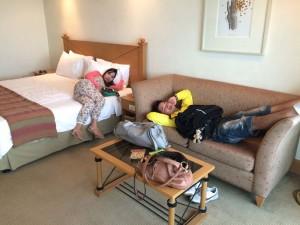 マニラのザ ヘリテイジホテルで寝る若者たち