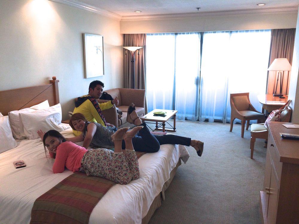 マニラのザ ヘリテイジホテルではしゃぐ若者たち