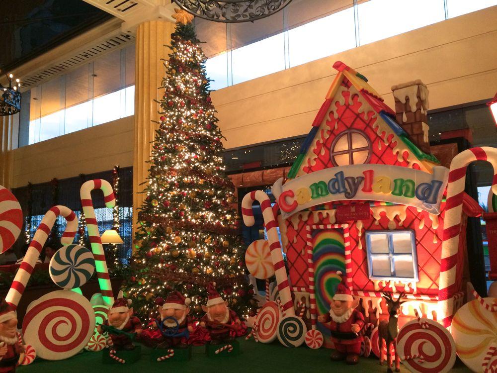 マニラのザ ヘリテイジホテルの1階フロントにはクリスマスのディスプレイで飾られている