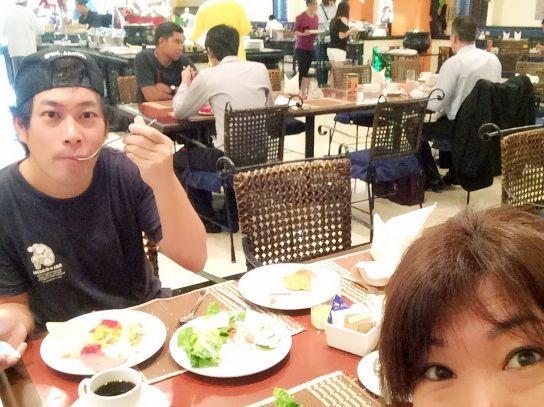 マニラのザ ヘリテージホテルの1階レストランで中谷さんと朝食