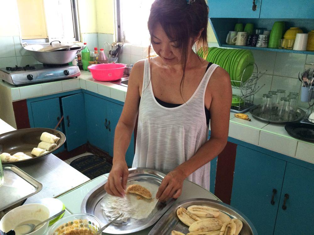 フィリピン料理のトゥロンを英語で説明しながらお料理しました。簡単デザートです