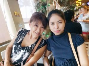 フィリピンのバイキングレストランにてティーチャーアナとのツーショット写真