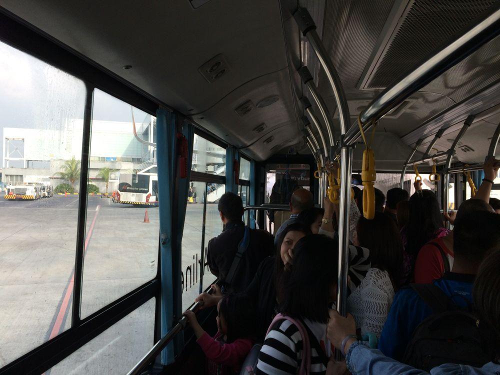 マニラ空港にてN3に変わりバスでの移動になりました
